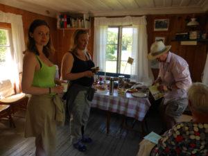 Grinnsjo_Besökare får information inne i grinnsjöstugan_2016-06